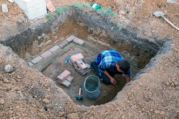 Обработка основания погреба