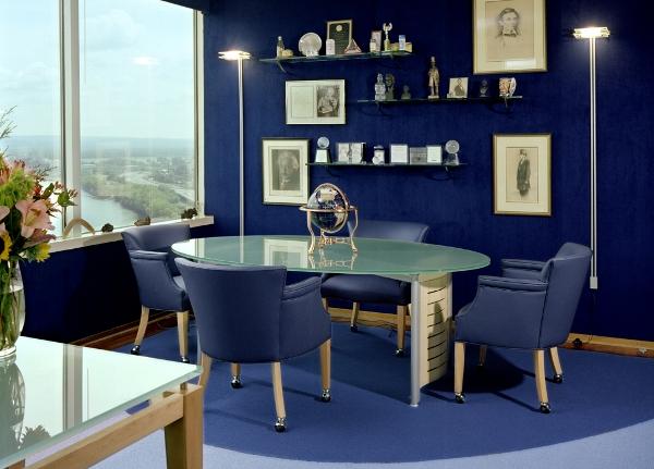 Рабочий офис в синем оформлении